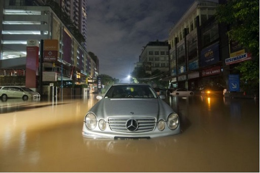 Tip berkendara menghadapi banjir