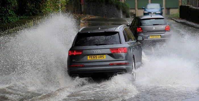 Delapan Tips Berkendara Saat Banjir Agar Tenang dan Aman